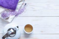 Ingredientes para a aromaterapia e os termas, sal aromático do mar e toalhas, chá chinês Cosméticos naturais, jogo dos termas par imagens de stock