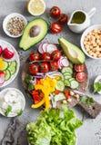 Ingredientes para a bacia vegetal de buddha da mola Alimento saudável delicioso em um fundo cinzento fotos de stock royalty free