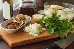 Ingredientes para a batata fritada ou fervida com cogumelos e cebola Imagem de Stock Royalty Free