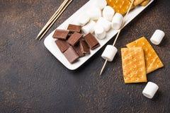 Ingredientes para brindar marshmallows e cozinhar costumes do ` de s imagens de stock royalty free