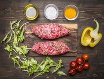 Ingredientes para cocinar cierre rústico de madera de la opinión superior del fondo de la tabla de cortar de las verduras del keb Foto de archivo libre de regalías