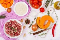 Ingredientes para cocinar corazones del pollo con la calabaza y los tomates en salsa de tomate T Imagen de archivo