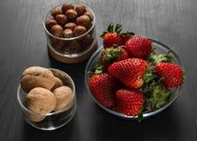 Ingredientes para cocinar, desayuno, en bol de vidrio transparentes, fresas fotos de archivo