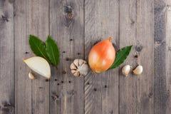 Ingredientes para cocinar en la tabla de madera gris Fotografía de archivo