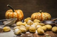Ingredientes para cocinar la calabaza de madera de la cuchara de la harina del tamiz de la harina del gnocchi de la calabaza, tab Imagen de archivo libre de regalías