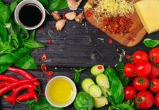 Ingredientes para cocinar las coles de Bruselas con el tomate y el queso Foto de archivo libre de regalías