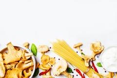 Ingredientes para cocinar las pastas con los mízcalos de las setas en el A.C. imagenes de archivo