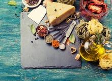 Ingredientes para cocinar las pastas italianas Foto de archivo libre de regalías