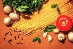 Ingredientes para cocinar las pastas italianas Imagen de archivo libre de regalías