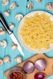 Ingredientes para cocinar las pastas italianas foto de archivo