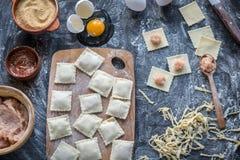 Ingredientes para cocinar los raviolis en el tablero de madera Imagen de archivo libre de regalías