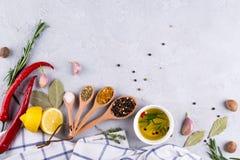 Ingredientes para cocinar Selección de especias y de fondo de la comida de las hierbas en la tabla gris fotografía de archivo