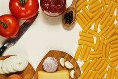 Ingredientes para cocinar un plato de las pastas Fotos de archivo