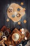 Ingredientes para cookies de cozimento do gengibre em um fundo de madeira r?stico fotografia de stock royalty free