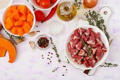 Ingredientes para cozinhar corações da galinha com abóbora e tomates no molho de tomate Imagem de Stock Royalty Free