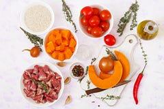 Ingredientes para cozinhar corações da galinha com abóbora e tomates no molho de tomate Fotos de Stock