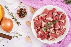 Ingredientes para cozinhar corações da galinha com abóbora e tomates no molho de tomate Fotografia de Stock Royalty Free