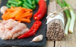 Ingredientes para cozinhar macarronetes do soba do trigo mourisco com galinha e vegetais Imagem de Stock Royalty Free