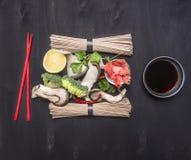 Ingredientes para cozinhar macarronetes japoneses tradicionais do soba do trigo mourisco com cogumelos de ostra, coentro, limão e Foto de Stock