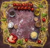 Ingredientes para cozinhar a massa caseiro com os tomates em um ramo, em especiarias, em pimentas e em lugar do queijo para o tex Imagens de Stock Royalty Free