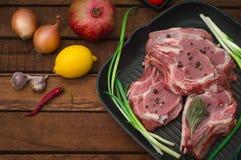 Ingredientes para cozinhar o bife de carne assada do olho do reforço na bandeja preta do churrasco do ferro Fundo rústico de made imagem de stock royalty free
