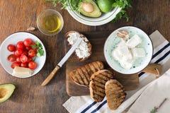 Ingredientes para cozinhar o bruschetta com queijo de feta, toma da cereja Imagem de Stock