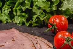 Ingredientes para cozinhar o bruschetta italiano na tabela escura Bruschetta italiano com tomates de cereja, molho de queijo, fol foto de stock