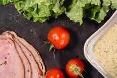 Ingredientes para cozinhar o bruschetta italiano na tabela escura Bruschetta italiano com tomates de cereja, molho de queijo, fol imagens de stock