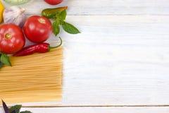 Ingredientes para cozinhar os espaguetes com tomates foto de stock royalty free