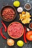 Ingredientes para cozinhar pratos de chili con carne do mexicano em um fundo concreto preto, vista superior fotografia de stock royalty free