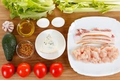 Ingredientes para cozinhar a salada tradicional de Cobb do americano Fotos de Stock Royalty Free