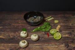 Ingredientes para cozinhar a sopa tailandesa Tom Yum imagens de stock royalty free