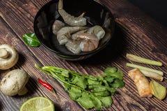 Ingredientes para cozinhar a sopa tailandesa Tom Yum imagens de stock