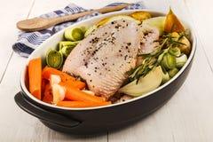 Ingredientes para cozinhar uma canja de galinha saudável Fotos de Stock