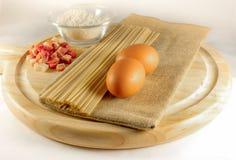 Ingredientes para el carbonara del alla de los espaguetis Fotografía de archivo