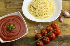 Ingredientes para el espagueti fotos de archivo libres de regalías