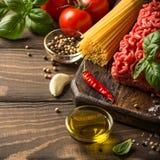 Ingredientes para el espagueti boloñés Imagen de archivo