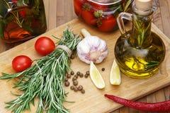 Ingredientes para el hogar que conserva en la tabla de cocina Foto de archivo