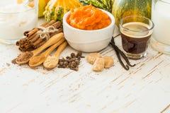 Ingredientes para el latte de la especia de la calabaza imagen de archivo libre de regalías