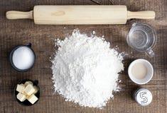Ingredientes para el pan que cuece fotografía de archivo libre de regalías