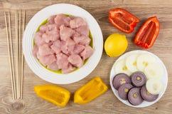 Ingredientes para el shashlik del pollo y pinchos en la tabla de madera Imagenes de archivo