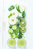Ingredientes para el smoothie sano verde Imagen de archivo