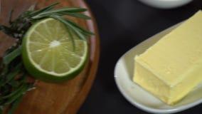 Ingredientes para el tartolet con el caviar de color salmón rojo almacen de video