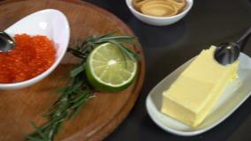 Ingredientes para el tartolet con el caviar de color salmón rojo almacen de metraje de vídeo