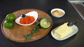 Ingredientes para el tartolet con el caviar de color salmón rojo metrajes