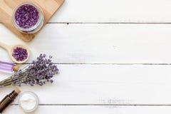 Ingredientes para a fabricação de cosméticos naturais com opinião superior da alfazema Foto de Stock
