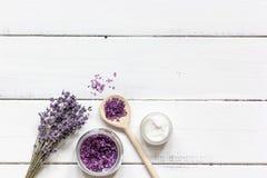 Ingredientes para a fabricação de cosméticos naturais com opinião superior da alfazema Fotografia de Stock Royalty Free