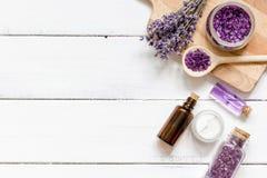 Ingredientes para a fabricação de cosméticos naturais com opinião superior da alfazema Imagens de Stock