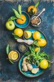 Ingredientes para fazer a bebida quente natural em placas cerâmicas azuis Fotos de Stock