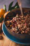 Ingredientes para fazer cookies da aveia com bagas e varas de canela Imagem de Stock Royalty Free